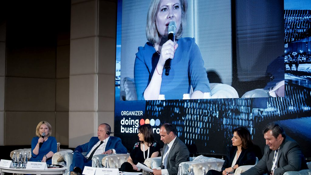 How do Romanian business leaders see the phenomenon of